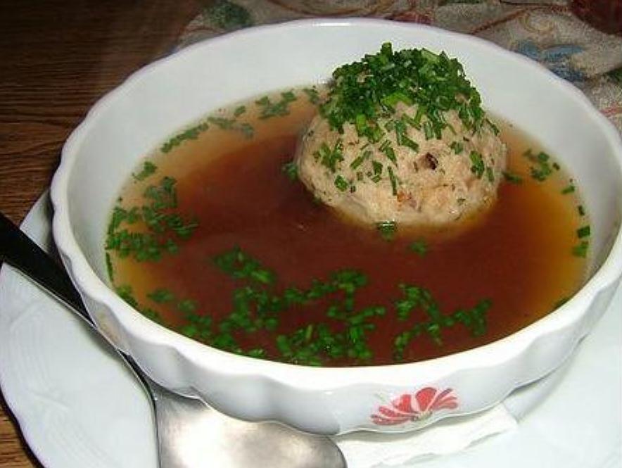 Суп с фрикадельками из печени состоит из одной большой фрикадельки и бульона